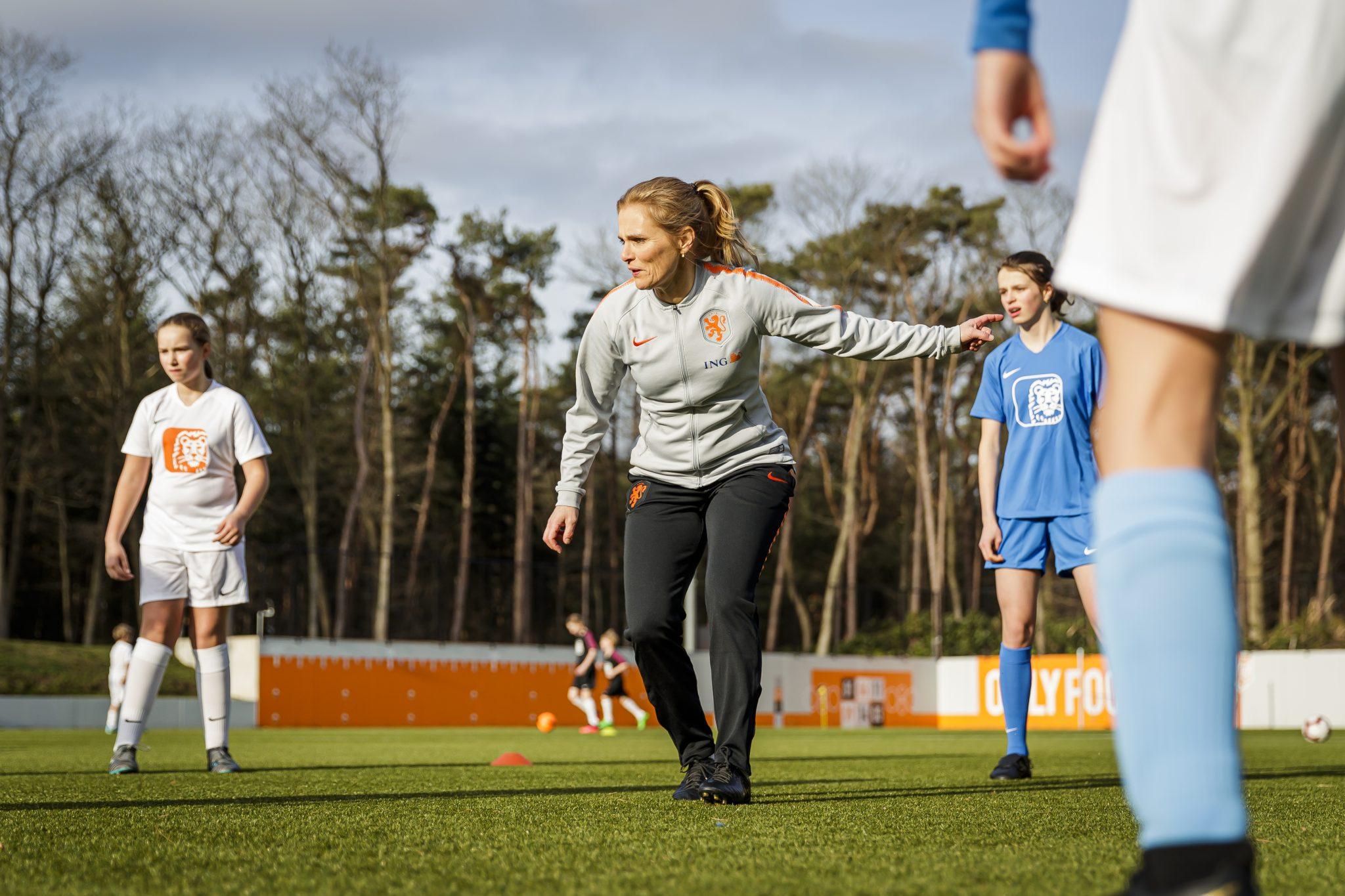 Bondscoach Sarina Wiegman verrast voetbalclubs PVC met driejarig ING sponsorcontract